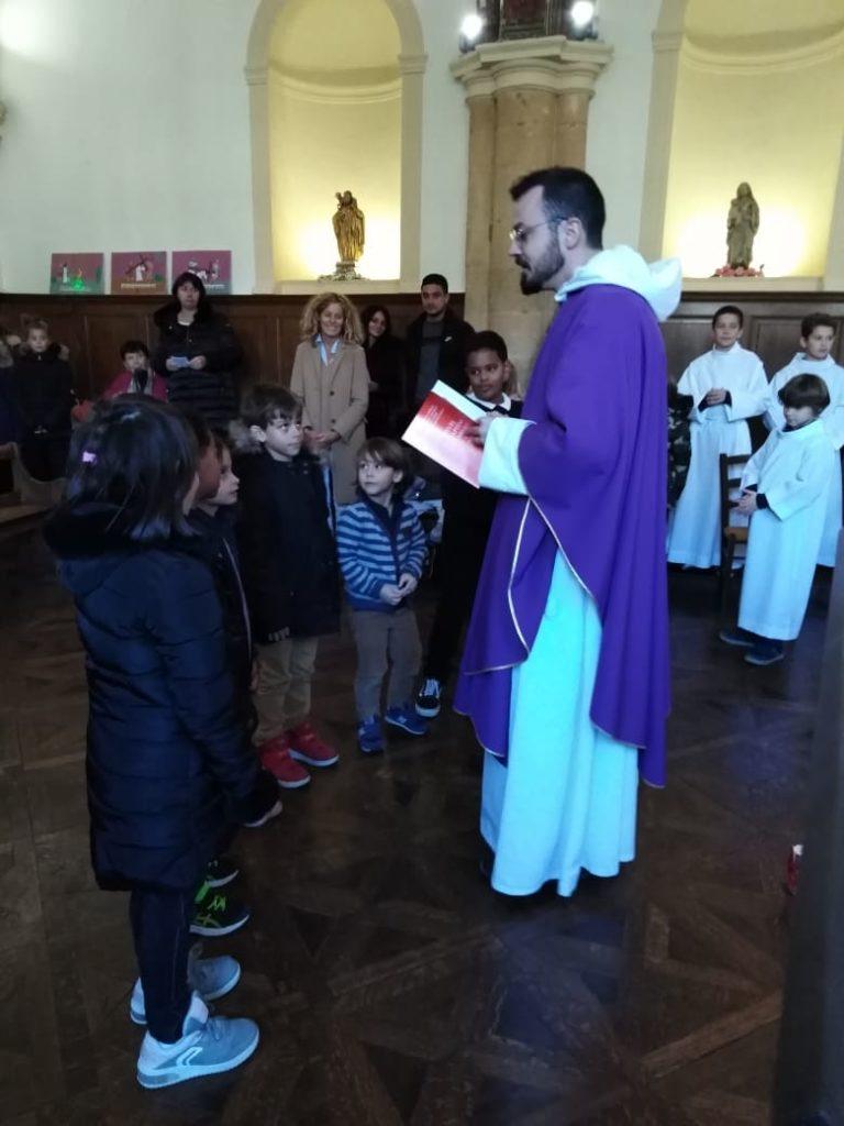 Bâpteme de 7 élèves de primaire par un prêtre de l'assemblée