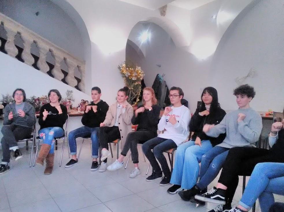 lycéens assis du groupe foi lumière