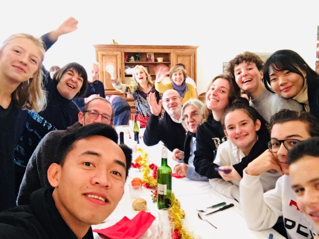 photo de la table pendant le repas de Noël en groupe
