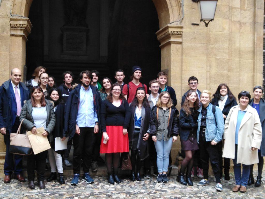Photo de groupe à la sortie de la remise, élèves et équipe d'encadrement mélangés