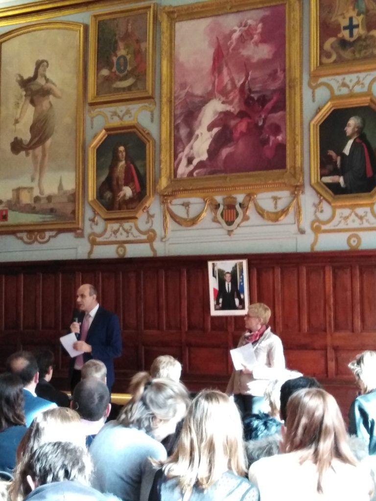 Le directeur M. Guerra présente son discours devant la salle pleine